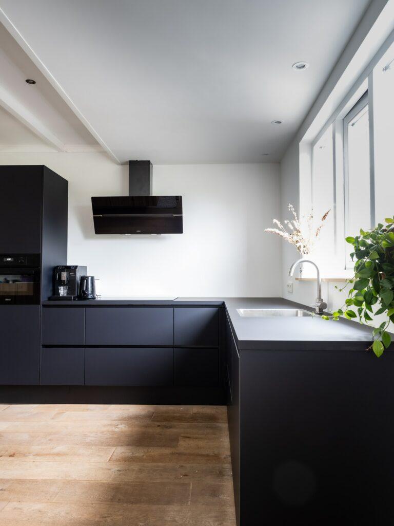 black kitchen trends 2021